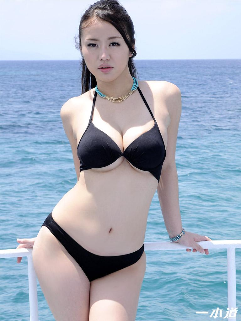 砂浜のスレンダー巨乳
